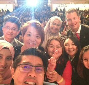 JT Foxx and Artus Ong taking selfie on the stage